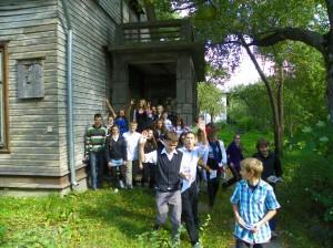 Aštuntokai prie G. Bagdonavičiaus namo