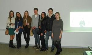 Agnė, Domantė, Deimantė, Paulius, Kamilė, Edas, Augustė prie savo vaizdo projekcijos